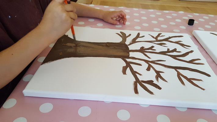 Unsere Große malt  einen Baum auf Leinwand