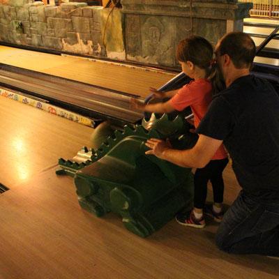 Unsere Kleine und Stefan beim Bowling