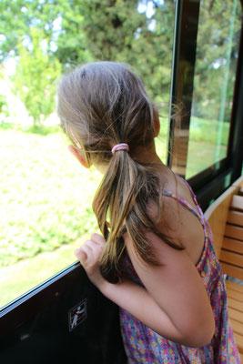 Unsere Kleine schaut aus dem Fenster des Palmenexpress im Palmengarten Frankfurt