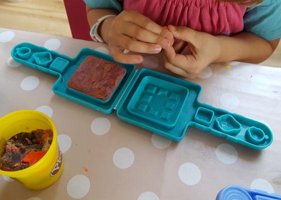 Unsere Kleine spielt mit PlayDoh-Knete