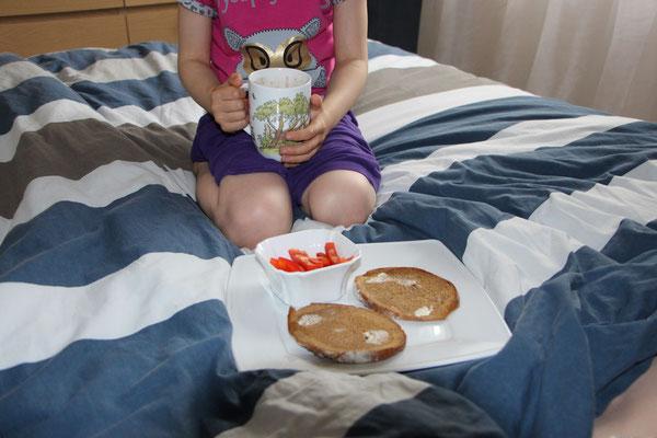 Unsere Große mit Kakao und Frühstück im Bett