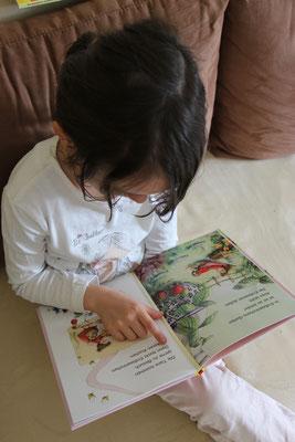 Unsere Große liest im Erdbeerinchen Erdbeefee Erstlesebuch