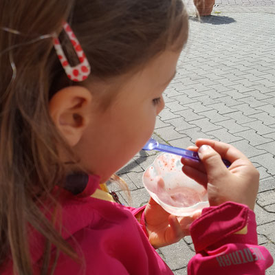 Unsere Kleine beim Eisessen