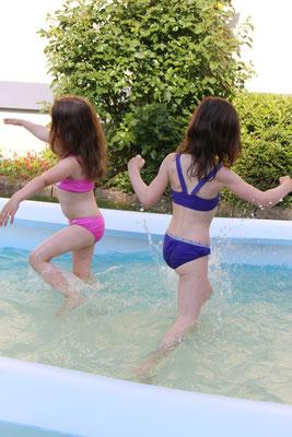 Unser Mädels rennen durchs Planschbecken