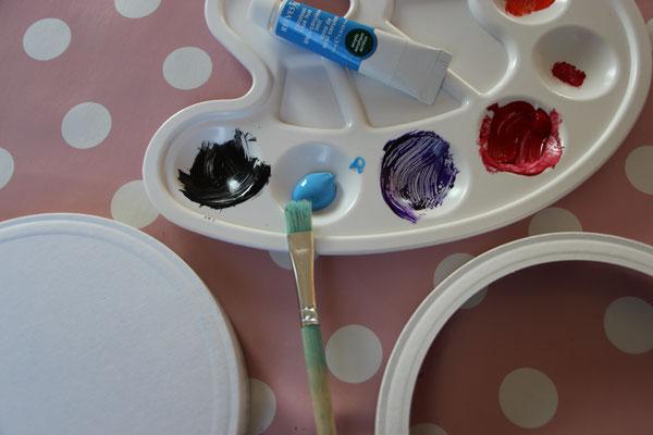 Laternendeckel und -boden mit Acrylfarbe und Pinsel