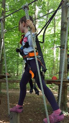 Unsere Große auf dem Kinderparcours im Kletterwald Darmstadt