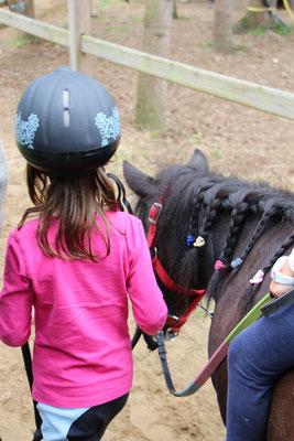 Unsere Große führt unser Pony Nina im CenterParc Erperheide