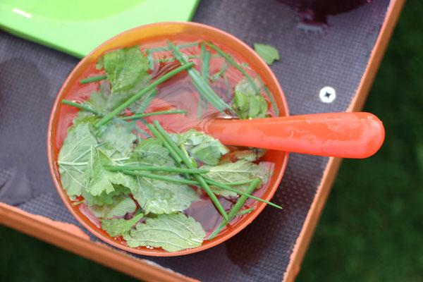 Eine Suppe zubereitet in unserer selbstgebauten Matschküche