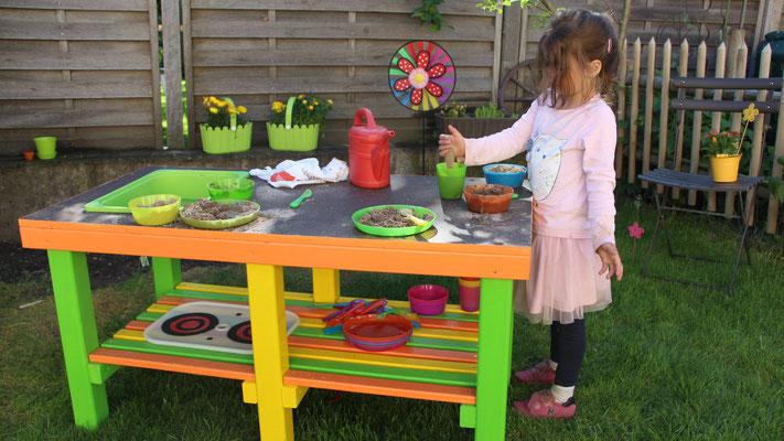 Unsere Kleine spielt im Garten mit der Matschküche
