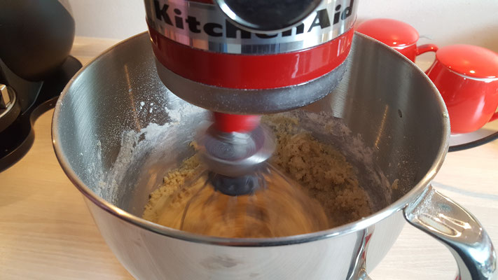 Wir rühren den Teig für den Apfel-Streusel-Kuchen in unserer Kitchen Aid