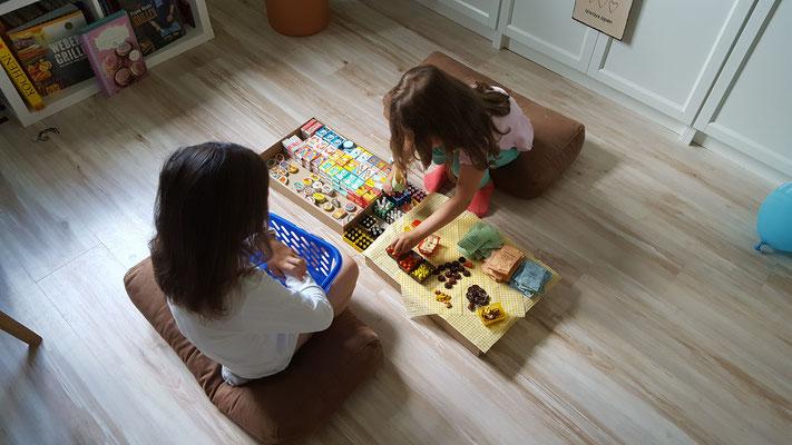 Unsere Mädels spielen mit meinem alten Kaufladenzubehör aus DDR-Zeiten