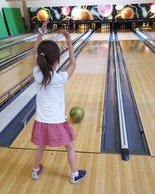 Unsere Große beim Bowling