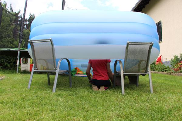 Unsere Mädels haben aus dem Planschbecken eine Hütte gebaut