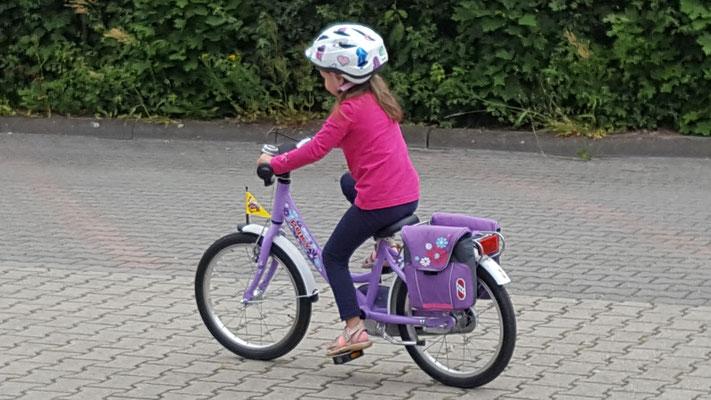 Unsere Kleine fährt auf ihrem neuen Fahrrad - dem alten Puky-Fahrrad der Großen