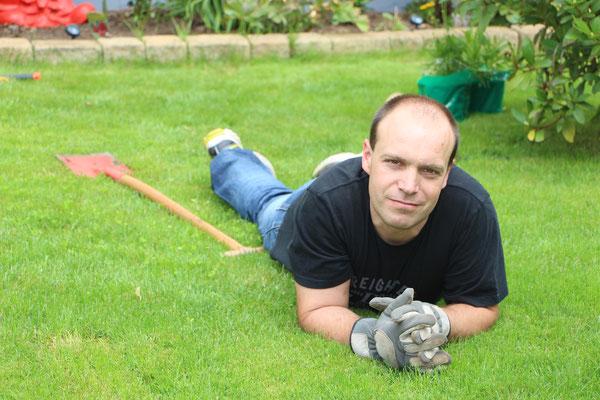 Nach getaner Arbeit: Stefan neben dem Spaten auf dem Rasen