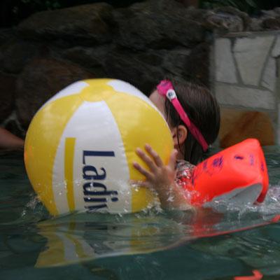 Unsere Kleine mit Ball im Aqua Mundo im Centerparc Erperheide