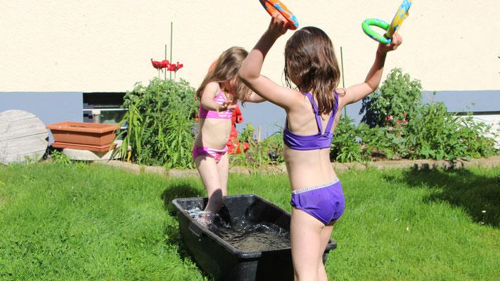 Unsere Mädels spielen am Wasserbottich