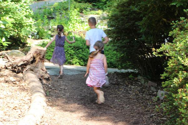 Unsere Kinder toben durch den Steingarten im Palmengarten Frankfurt