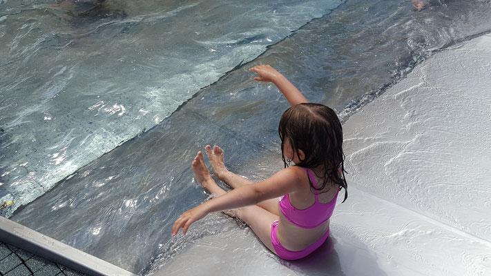 Unsere Kleine auf der Rutsche im Kinderbecken des Rebstockbad Frankfurt