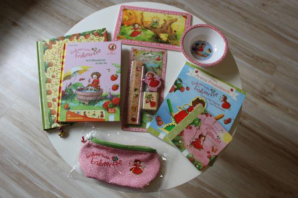 Ein Tisch voller Erdbeerinchen Erdbeerfee Produkten