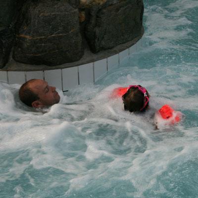 Unsere Kleine mit Stefan im Wasserstrudel im Aqua Mundo im Centerparc Erperheide