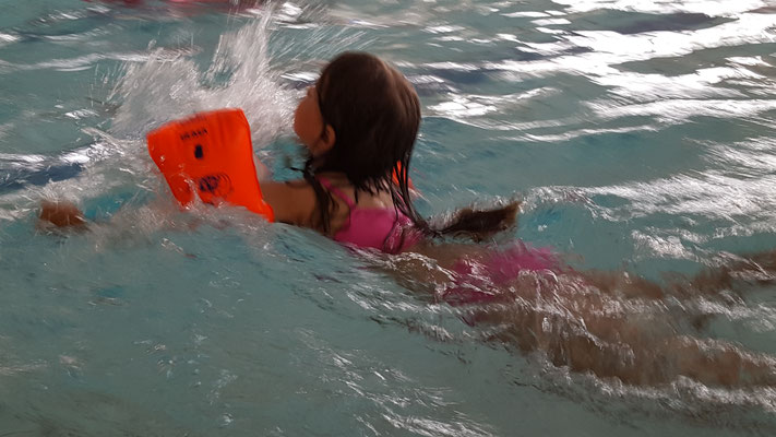 Unsere Kleine beim Schwimmen im Rebstockbad Frankfurt