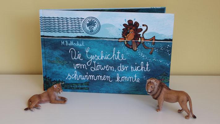 """Das Buch """"Die Geschichte vom Löwen, der nicht schwimmen konnte"""" und zwei Schleich-Löwen"""