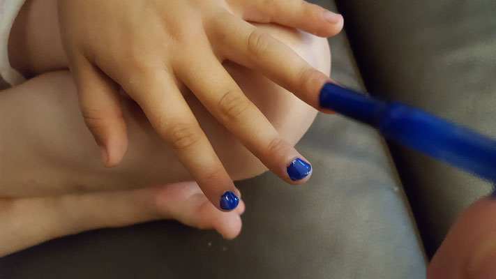 Unsere Kleine bekommt die Fingernägel lackiert - in blau