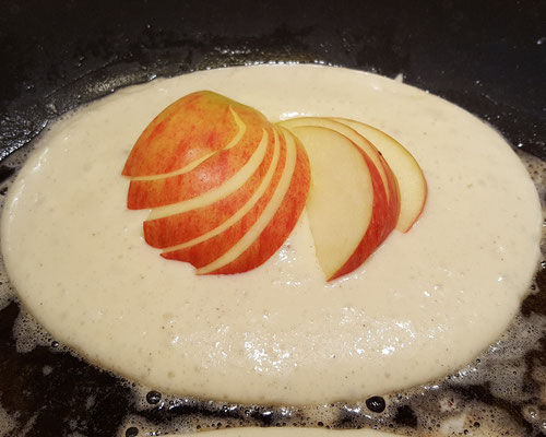 Die Apfel-Pfannkuchen backen in der Pfanne