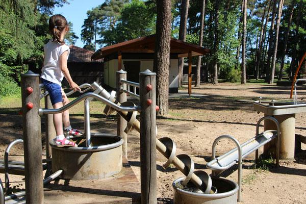 Unsere Große spielt am Wasserspielplatz am Braunshardter Tännchen