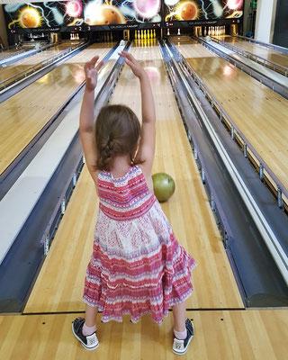 Unsere Kleine beim Bowling