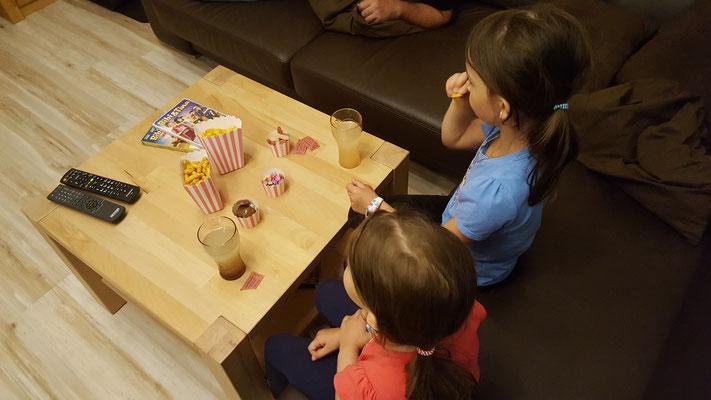 Unsere Mädels schauen Bibi & Tina im Fernsehen und naschen dabei