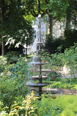 Ein Springbrunnen vor dem Palmenhaus im Palmengarten Frankfurt
