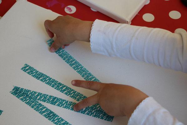 Unsere Kleine klebt Tape für ein Kunstwerk