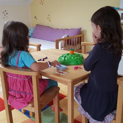 Unsere Mädels spielen Lotti Karotti von Ravensburger