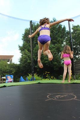 Unsere Große springt auf dem Trampolin