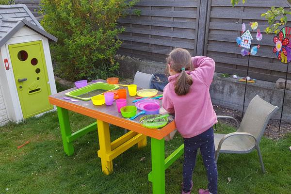 Unsere Kleine spielt mit der noch nicht ganz fertigen Matschküche