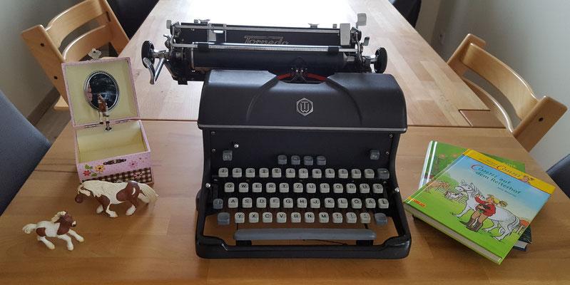 Unsere Errungenschaften vom Flohmarkt: eine alte Schreibmaschine, Bücher, Schleich-Pferde und Pferdespieluhr
