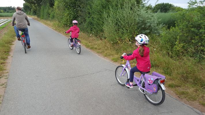 Stefan und die Mädels unterwegs mit ihren Fahrrädern