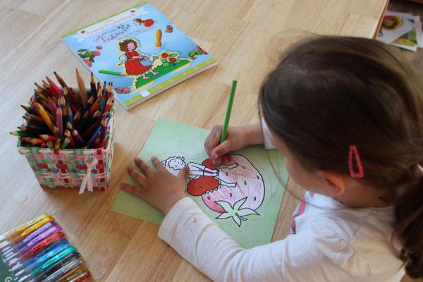 Unsere Kleine prickelt Bilder aus dem Erdbeerinchen Erdbeerfee Glitzer- und Prickelblock