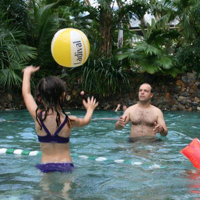 Unsere Große spielt mit Stefan mit dem Wasserball im Aqua Mundo im Centerparc Erperheide