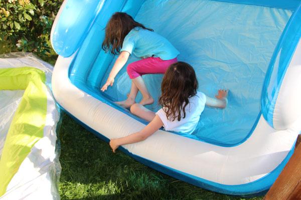 Unsere Mädels spielen mit dem noch leeren Planschbecken