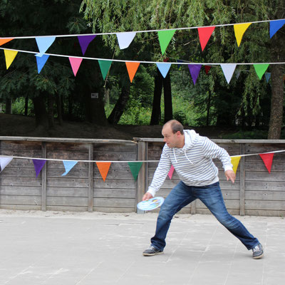 Stefan spielt Frisbee auf dem Beach-Spielplatz im Centerparc Erperheide