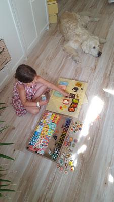 Unsere Kleine spielt mit meinem alten Kaufladenzubehör aus DDR-Zeiten