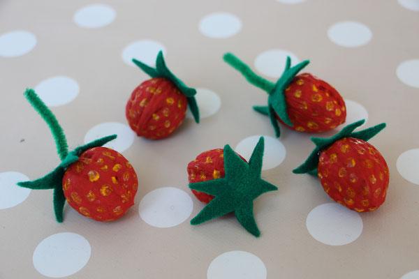 fertig gebastelte Walnuss-Erdbeeren
