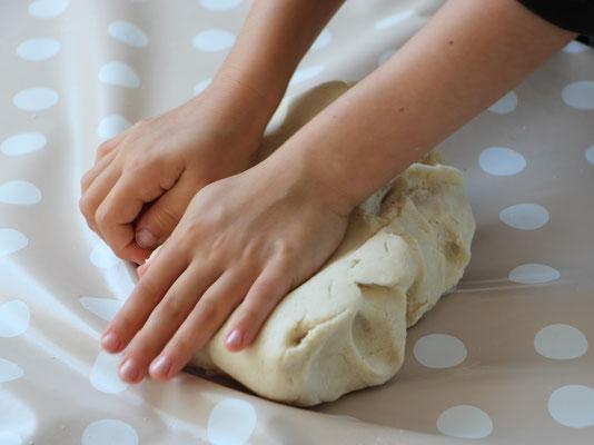 Unsere Große knetet den Teig der selbstgemachten Knete mit der Hand