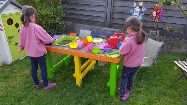 Unsere Mädels spielen mit der noch nicht ganz fertigen Matschküche