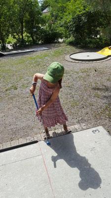 Unsere Kleine beim Minigolf im Palmengarten Frankfurt