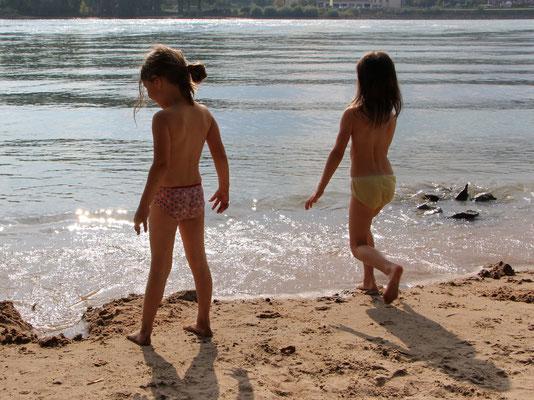 Unsere Mädels spielen am Sandstrand am Rhein nahe der Fähre Oppenheim