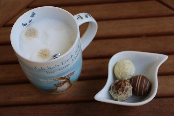 Ein Tasse Kaffee und Trüffel-Pralinen